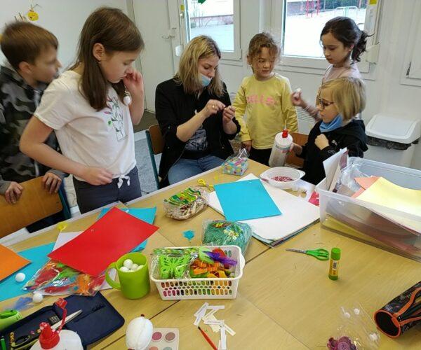 Gdy na dworze mokro i zimno, na dzieci czekają kreatywne aktywności na świetlicy szkolnej.