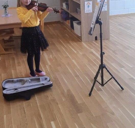 Gra na skrzypcach w wykonaniu Ani z grupy Tęczowej