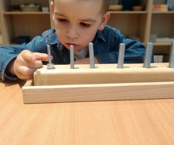 """""""Praca własna z materiałem Montessori- doskonalenie koordynacji oko – ręka."""""""