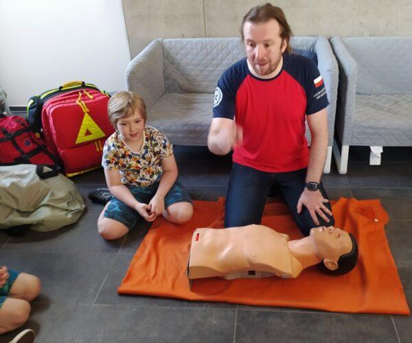 Unsere Schüler beim 1. Hilfekurs unter professionelen Anleitung des Notarztes des Rettunghubschrabers. Vielen Dank für das vermittele Wissen und Kompetenzen.