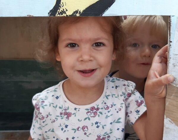 Kindergartenkinder spielen gerne auf dem Spielplatz.