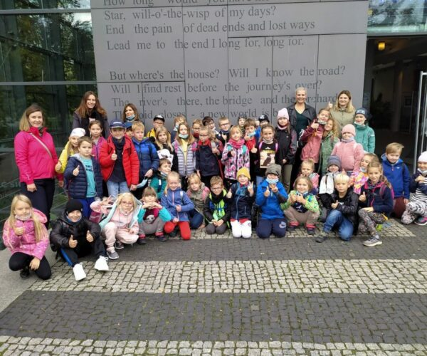 Uczniowie klas 1-3 zwiedzają Bibliotekę Miejską w Opolu zagłębiając się w sens czytelnictwa.