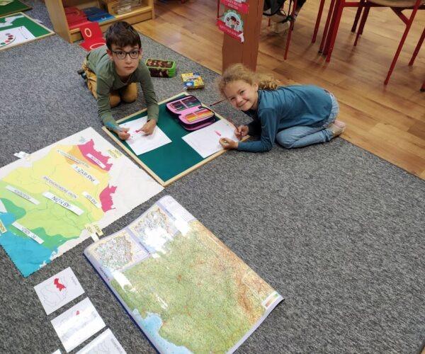 Radość z samodzielnej pracy na materiałach Montessori w klasach 1-3.