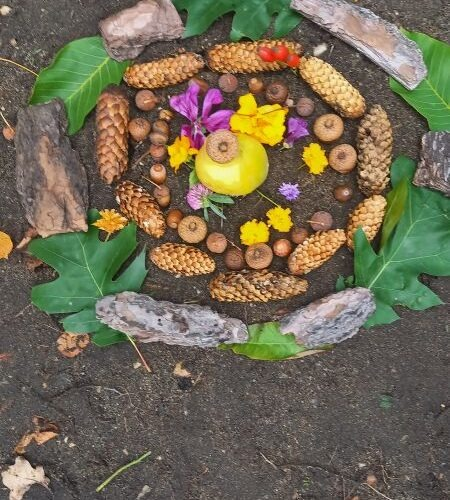 Pierwszego dnia kalendarzowej Jesieni, uczniowie klasy 4 tworzyli mandale.