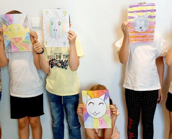 Klasa 3 tworzy kolorowe minki z okazji Światowego Dnia Emotikona.